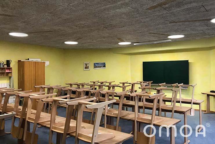 Klassenzimmer in der Waldorfschule Nürtingen nach der Installation von runden Aufputzpanels