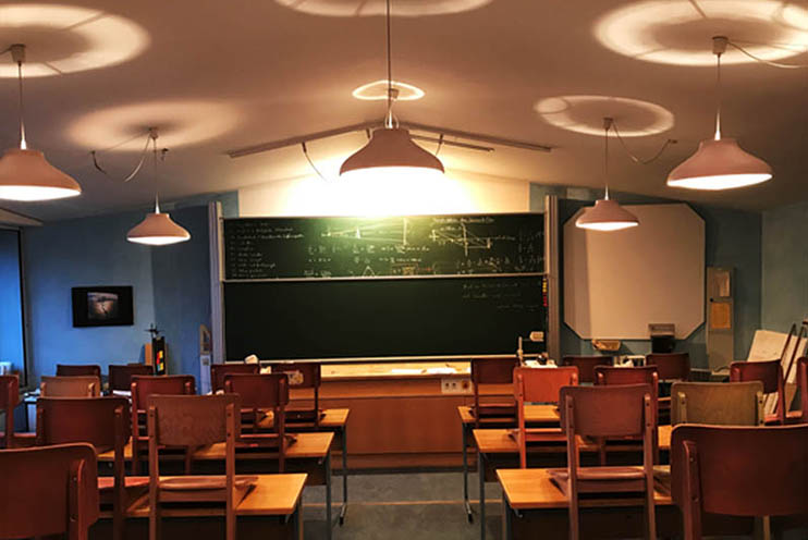 Physiksaal der Waldorfschule Nürtingen vor or der Installation von LED Rundpanels Up & Down