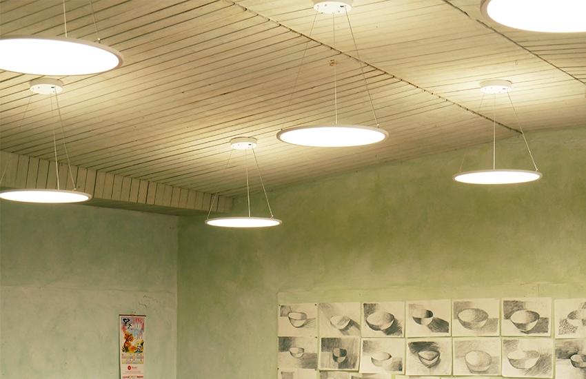 omoa Klassenzimmerbeleuchtung mit LED Rundpanels Up & Down an der Waldorfschule Esslingen